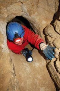 Túnel de 70 cm. que conduce a  una habitación