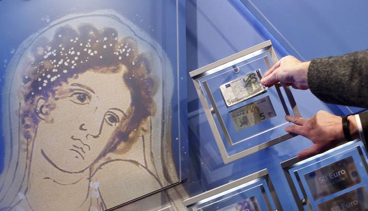 A portrait of Europa, a figure from Greek mythology, is seen next to the new 5 euro note compared to an old one (top) during an ceremony with Draghi, President of the European Central Bank (ECB), in Frankfurt