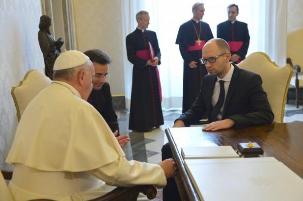 El-papa-entregó-al-presidente-de-Ucrania-una-pluma-para-firmar-la-paz-617x410