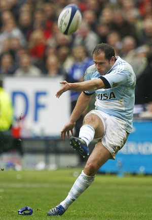Saint-Denis, FRANCE:  Argentina's centre Felipe Contepomi kicks a penalty during the rugby union test-match France vs. Argentina, 25 November 2006 at the Stade de France in Saint-Denis, northern Paris. AFP PHOTO FRED DUFOUR  (Photo credit should read FRED DUFOUR/AFP/Getty Images)
