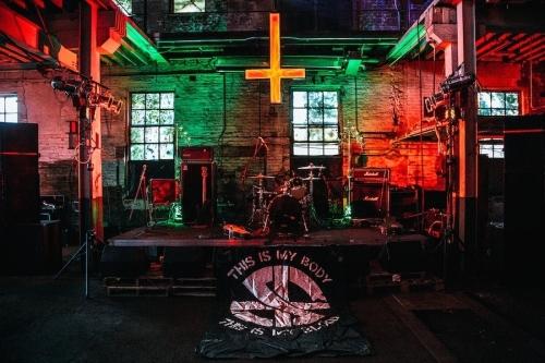 entramos-en-la-inauguracion-de-la-estatua-del-demonio-en-el-templo-satanico-de-detroit-666-body-image-1438070461