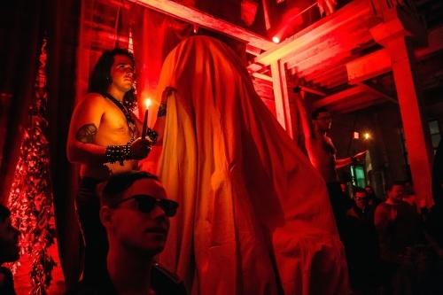 entramos-en-la-inauguracion-de-la-estatua-del-demonio-en-el-templo-satanico-de-detroit-666-body-image-1438070499-size_1000