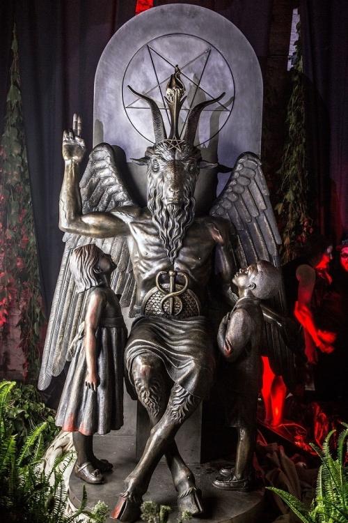 entramos-en-la-inauguracion-de-la-estatua-del-demonio-en-el-templo-satanico-de-detroit-666-body-image-1438070717