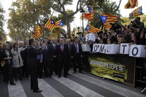 GRA093. BARCELONA, 15/10/2015.- El presidente de la Generalitat, Artur Mas (i), a su llegada al Tribunal Superior de Justicia de Cataluña (TSJC) donde ha acudido esta mañana para declarar como imputado por el 9N arropado por más de 400 alcaldes catalanes y cientos de ciudadanos. EFE/Alberto Estévez