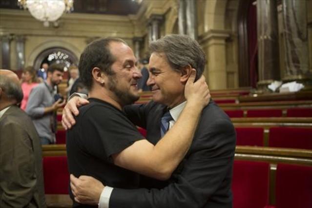 artur-mas-david-fernandez-abrazandose-ayer-parlament-1437769013652