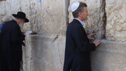 Macri-en-el-muro-de-los-lamentos-e1403554959745
