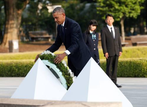 U.S. President Barack Obama lays a wreath at a cenotaph at Hiroshima Peace Memorial Park in Hiroshima, Japan May 27, 2016. REUTERS/Toru Hanai TPX IMAGES OF THE DAY