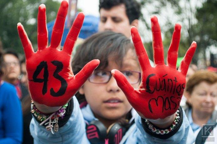 manifestante-con-las-manos-pintadas-ayotzi43-1-ano